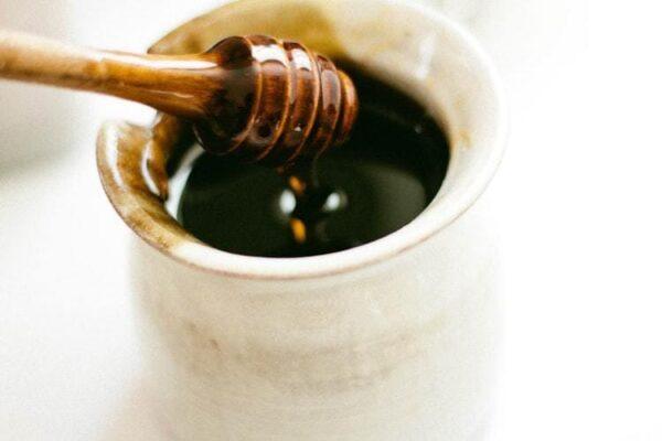 Bienfaits et recette maison avec du miel pour chien