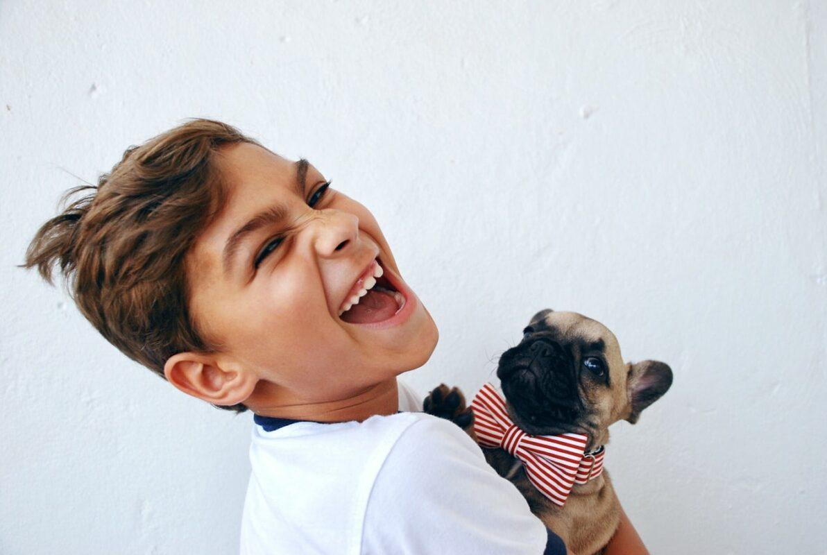 enfant avec chien pug carlin noeud papillon rayé